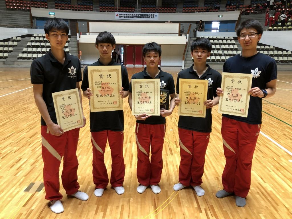 個人総合で優勝した森谷選手(中央)と岡本選手(右から2人目)
